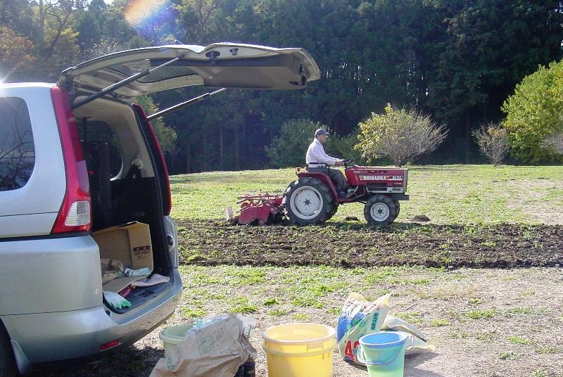 トラクターで畑の土起こし